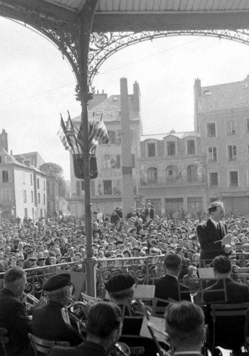 Cherbourg, place de la République, l'Union Lyrique Municipale de Cherbourg se produit en concert le 4 juillet, en l'honneur des troupes américaines pour l'lndependence Day. Voir ce montage LC000182-LC000205-montage: https://www.flickr.com/photos/mlq/37215827890/in/photolist-YGCR41 Photos du 4 juillet 1944 sur la place de la République à Cherbourg: https://www.flickr.com/search/?sort=date-taken-desc&safe_search=1&tags=4juilletcherbourg&user_id=58897785%40N00&view_all=1 Voir le kiosque décoré de drapeaux: https://www.flickr.com/search/?sort=date-taken-desc&safe_search=1&tags=kiosquedrapeaucherbourg&user_id=58897785%40N00&view_all=1